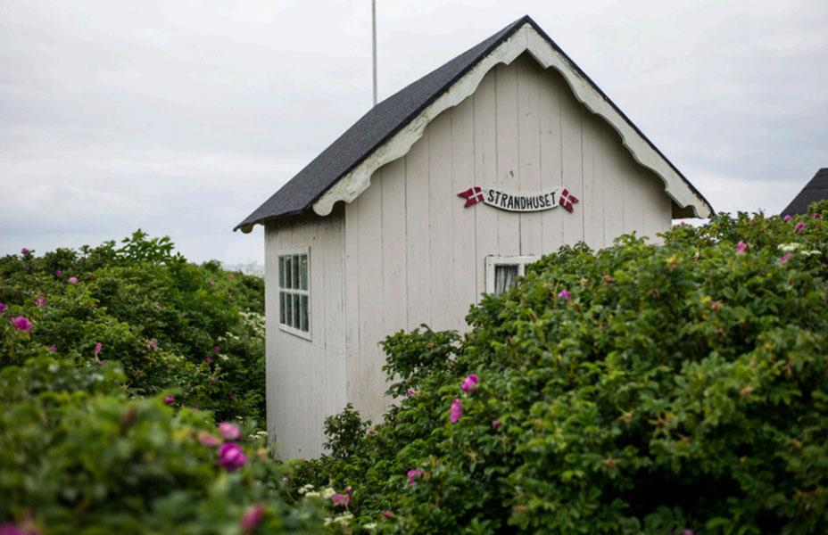 LOGISK: Ikke uvanlig at badehusene har navn. Noen mer åpenbart logiske enn andre. Dette er Strandhuset. FOTO: Alf Ole Hansen