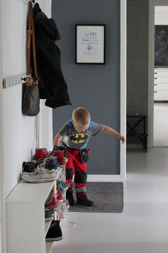 FULL FART: I en hektisk hverdag gjelder det å ha gode systemer slik at hele familien kan hjelpe til med å holde gangen ryddig. FOTO: Stina Andersen / Fru Andersen