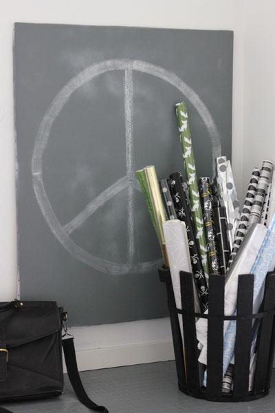 GJENBRUK: Innred kontoret med ting du har fra før. Her har jeg brukt en gammel trekurv til oppbevaring av tapeter og gavepapir. FOTO: Stina Andersen / Fru Andersen