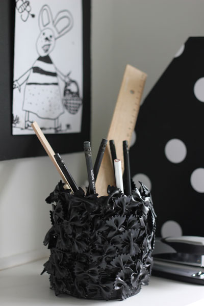 LAG SELV: En unik blyantholder lager du av en hermetikkboks og pastasløyfer. FOTO: Stina Andersen / Fru Andersen