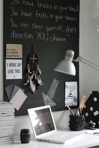 PÅ PULTEN: Mac og fotoutstyr må jeg ha lett tilgjengelig. Andre duppeditter er gjemt bak skapdørene. FOTO: Stina Andersen / Fru Andersen
