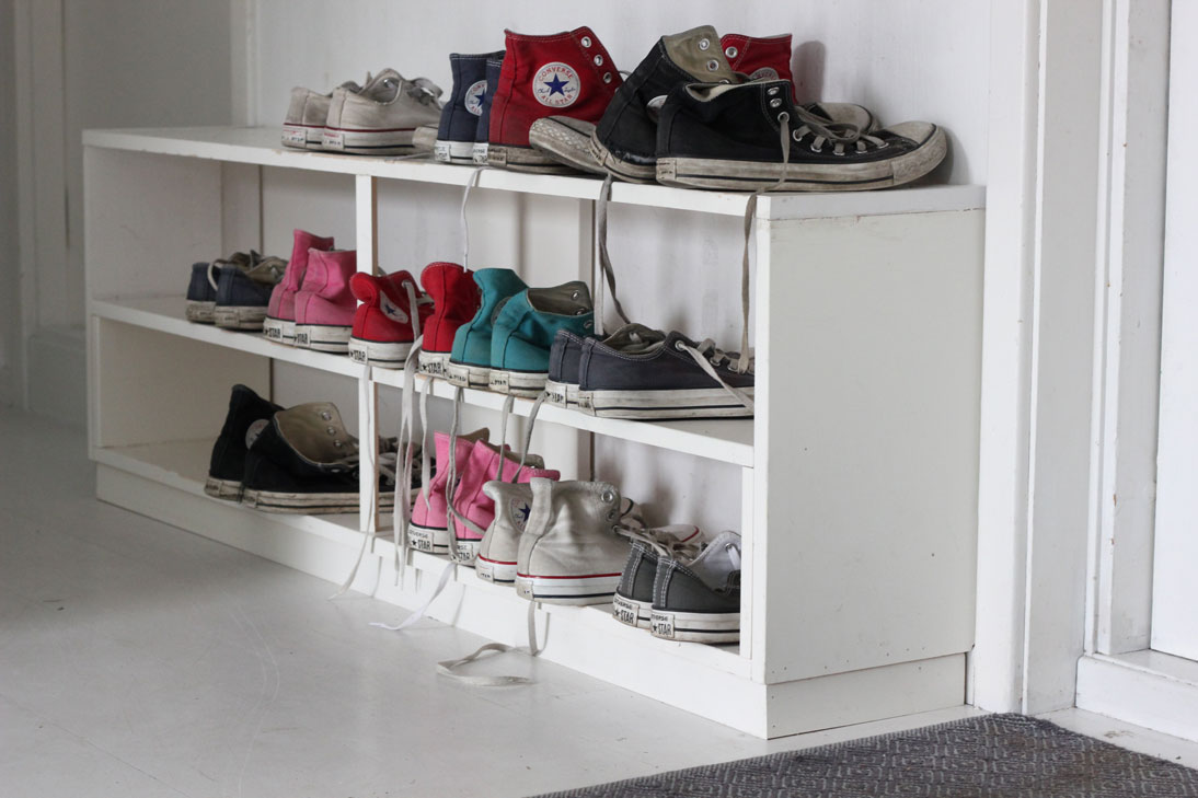 SKODILLA: Skohyllen er snekret på mål. På denne årstiden ser det ut som om vi kun går i Converse. Men støvler og andre sko står i skapene. FOTO: Stina Andersen / Fru Andersen