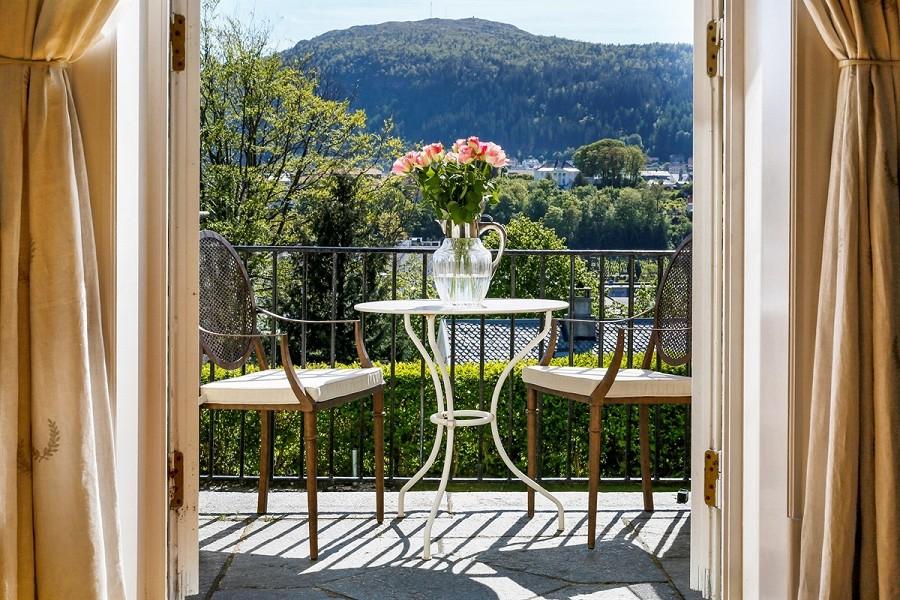 UTPLASSER: I tillegg til hagen har boligen solrike terrasser. FOTO: Privatmegleren Vikebø & Jørgensen
