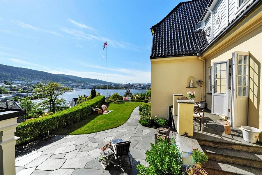 UTSIKT: Hagen ligger usjenert til og har utsikt over hele byen. FOTO: Privatmegleren Vikebø & Jørgensen