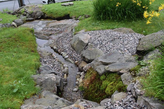 SILDRENDE: En iten bekk renner gjennom tomten. FOTO: Elisabeth Heggland Urø