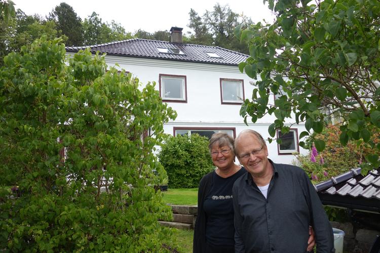 FLYTTEKLARE: Bjørg og Eivind Bjørnar Hetlevik har bodd i huset bak dem i mange år. Nå er det til salgs for 8,2 millioner kroner. Med på kjøpet får man en keiserlig historie. FOTO: Linn Gjerstad