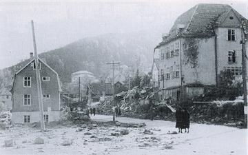 ETTER BOMBINGEN: Holen skole var den største og mest moderne skolen i Laksevåg i Bergen. Bildet viser skolen etter bombeangrepet 6. oktober 1944. FOTO: Riksarkivet