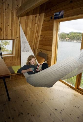 BØLGER OG BØKER: En gang var Hanna alene på hytten i 13 dager for å lese til eksamen. Favorittplassen hennes er i hengekøyen. FOTO: Helge Skodvin