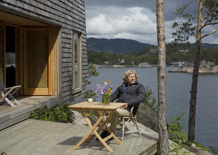 KAFFEPAUSE: Per Højgaard Nielsen er her året rundt. Når det er som mest hustrig kan det hende ingen andre blir med, men han drar likevel. Herfra drar han ut på seiltur eller fisketur. FOTO: Helge Skodvin