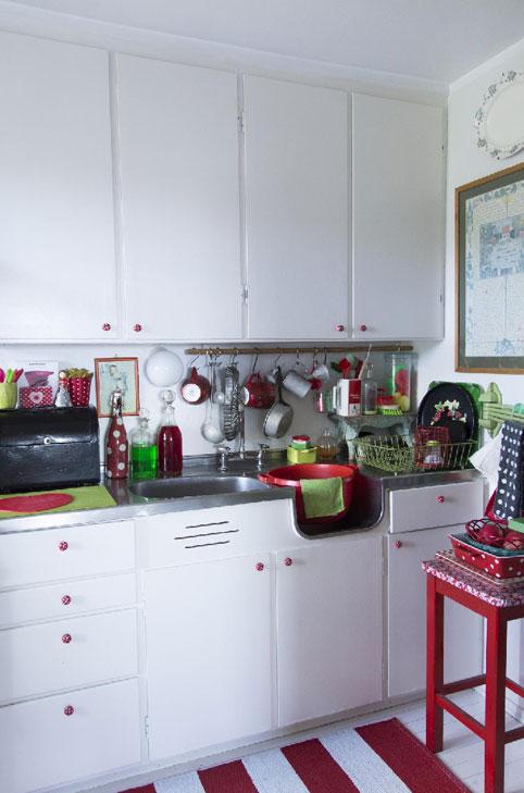 HVITT: innredningen på kjøkkenet er original fra 50-tallet, og både skap, gulv og vegger er malt i hvitt. FOTO: Kari Byklum