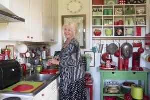 OPPVASK: Grethe Gerhardsen Træland tar oppvasken for hånd på 50-tallskjøkkenet sitt. Hun liker å betrakte alle de vare koppene og karene hun omgir seg med. FOTO: Kari Byklum