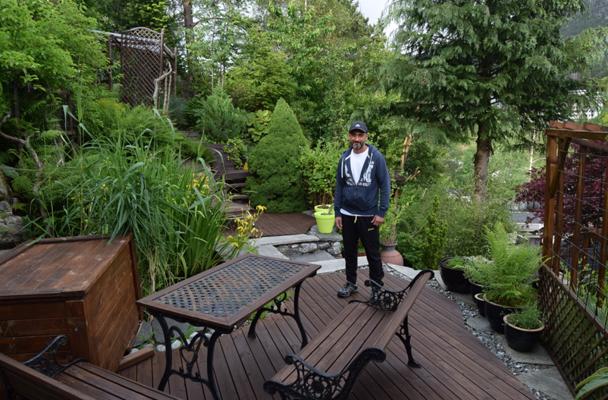 SLAPP AV: Her viser Tony en av avslappingssonene i hagen. Det er flere av dem. FOTO: Elisabeth Heggland Urø