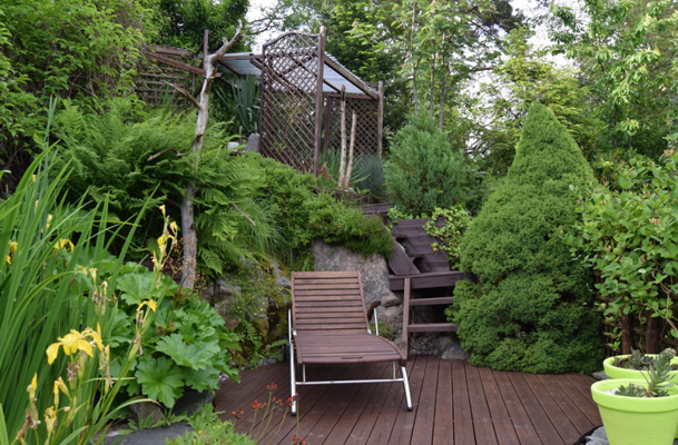 PARAPLYDRINKER: Dette er en veldig innbydende del av hagen, hvor Tony kan drikke paraplydrinker i palmesus. FOTO: Elisabeth Heggland Urø