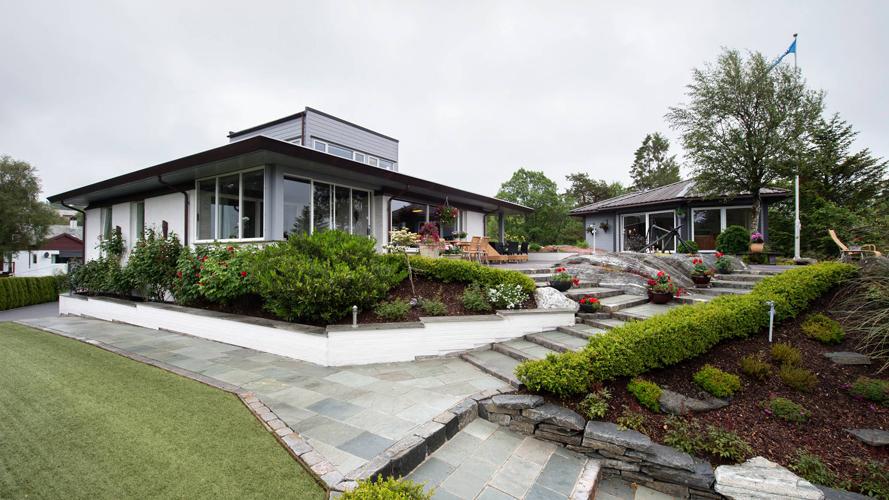 ARKITEKTTEGNET: Både huset og hagen er tilpasset naturtomten. Huset er tegnet av arkitekt Tor Lund. FOTO: Rune Sævig