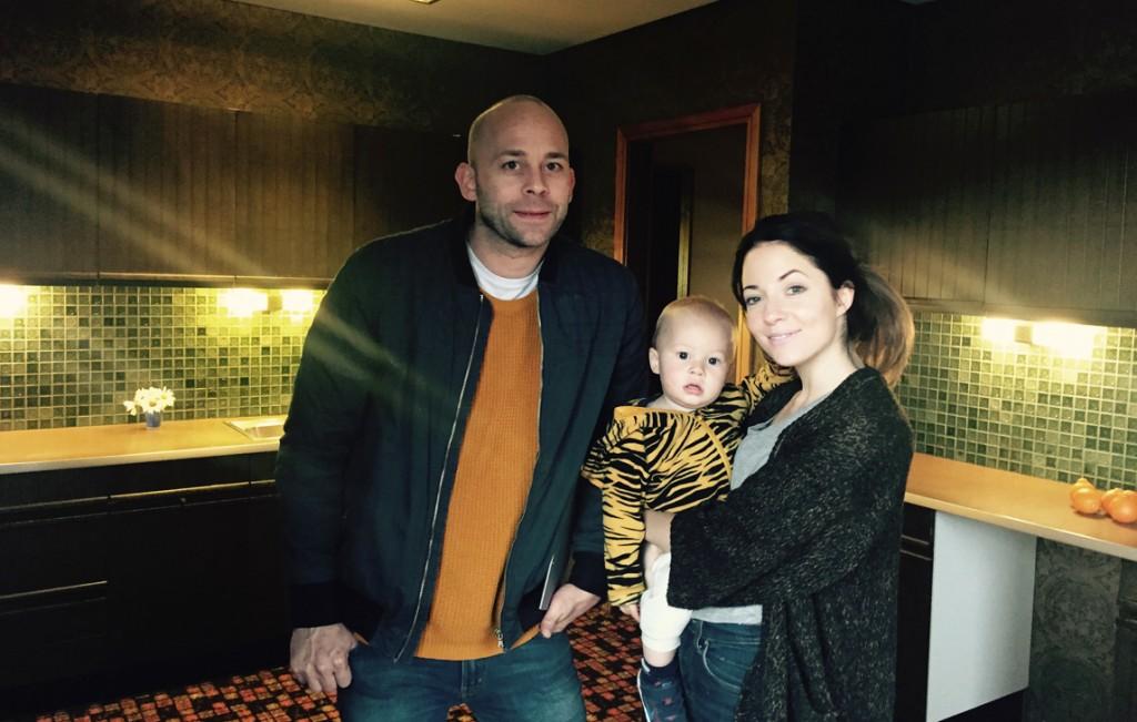 VIL HA HUSET: Hanna Grace Taylor (27) og Øyvind Ringdal (37) med lille Jasper på ett år og ni måneder er klare for å flytte rett inn. FOTO: Linn Gjerstad