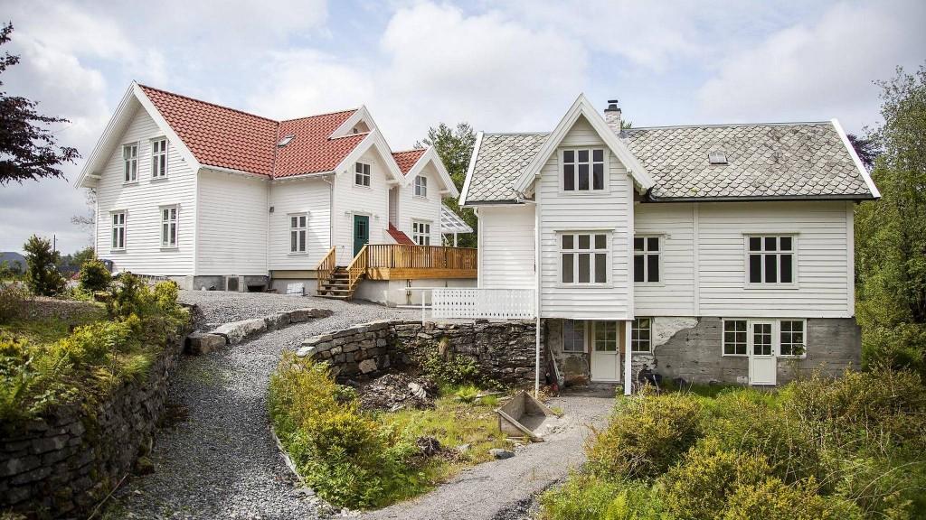 GÅRDSHUSENE: Huset til venstre er hovedhuset på gården. Huset til høyre fungerte som feriehus for rike bergensere fra midten på 30-tallet. FOTO: INGVILD FESTERVOLL MELIEN