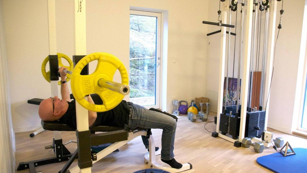 TRENINGSROMMET: Ole Johansen begynte med karate da han var 40 år, 13 år senere innkasserte han svart belte. I treningsrommet har han alt han trenger. FOTO: Irene Jacobsen