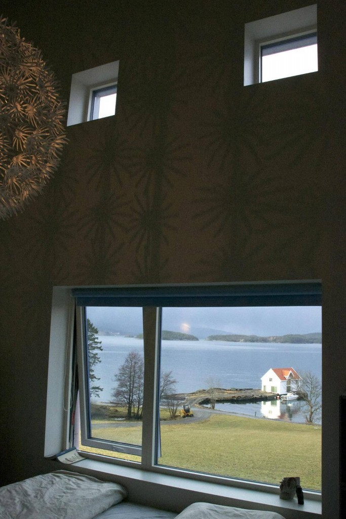 ROM MED UTSIKT: Et soverom med utsikt fra senga, stod på ønskelisten de gav til arkitekten. For å få fullt utbytte av herligheten ligger de ikke med hodet inn mot veggen. FOTO: Irene Jacobsen