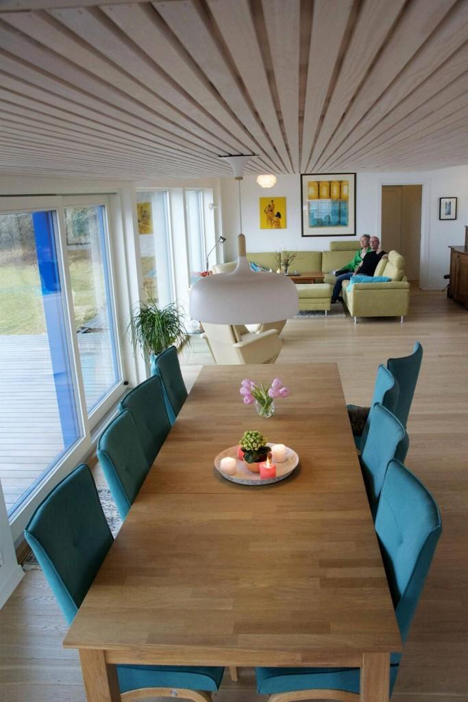 GJESTFRITT: Et langt spisebord som også kan bli enda lenger, sto på ønskelisten som arkitekten bad dem lage. Her er det god plass til både barn, svigerbarn og barnebarn. FOTO: Irene Jacobsen