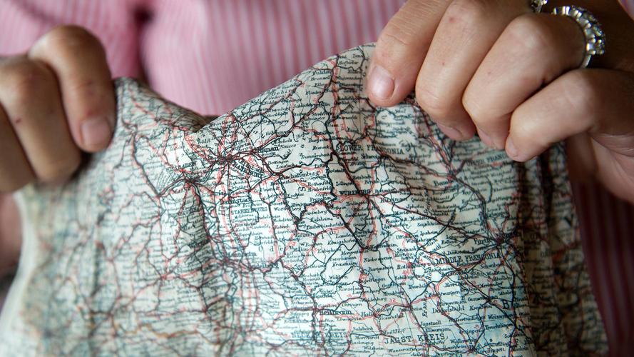 KART OG KOMPASS: På lommetørkleet til løytnant Keech i Royal Air Force var det trykket detaljert kart over Tyskland. I en av knappene hadde han kompass. FOTO: Rune Sævig