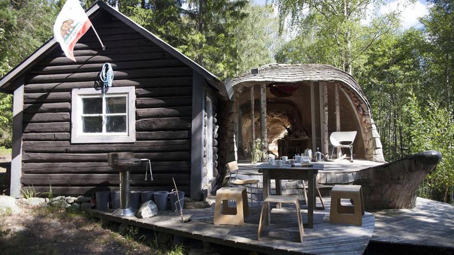 TØMMERSTUEN: Dragspelhuset er tilbygget til den opprinnelige tømmerstuen fra 1800-tallet. Sammen med tømmerhytta består sommerhuset av kjøkken, stue, spisestue, soverom og en hems. FOTO: Karen Gjermundrød