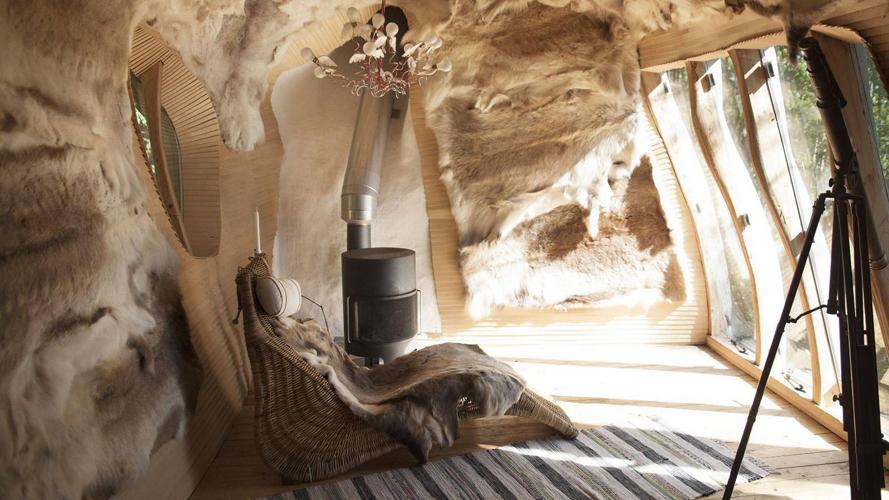 REINSDYR: De 25 reinsdyrskinnene som dekorerer veggene og gir ekstra isolasjon, fikk de fra is-hotellet nord i Sverige der de lærte om samisk kultur. Lampen symboliserer sjelene til reinsdyrene. FOTO: Karen Gjermundrød