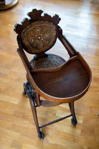 BRUKES ENNÅ: Barnestolen fra 1800-tallet er god som ny, og ble sist brukt av Arne Dalseides yngste barnebarn. FOTO: Rune Sævig